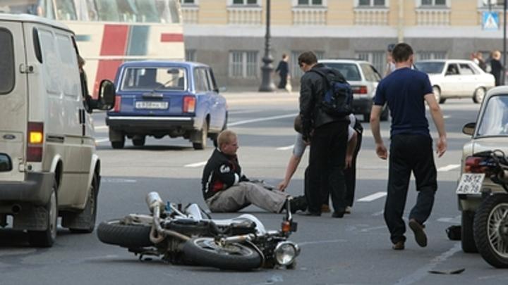 В центре Читы мотоциклист врезался в пешеходов: двое в больнице