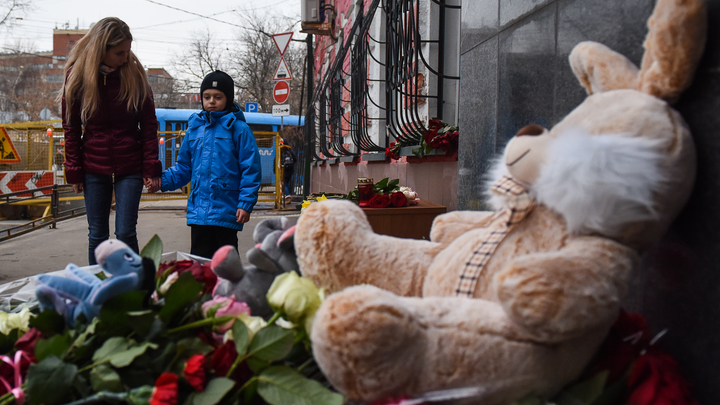 Простите нас, ангелочки: В небо над Кемеровом взмыли белые шары в память о погибших детях