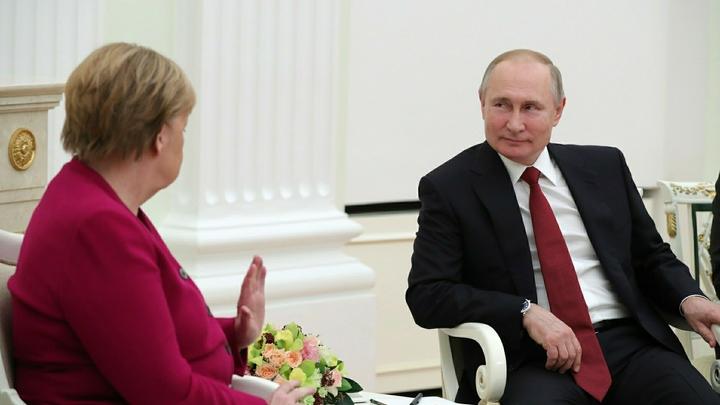 Путин выиграл гляделки у Меркель. Дело Навального осталось за бортом