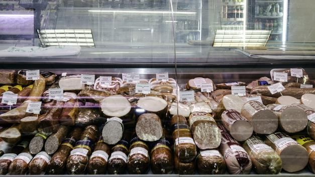 Очень кушать хочется: Женщина украла колбасы на миллион рублей
