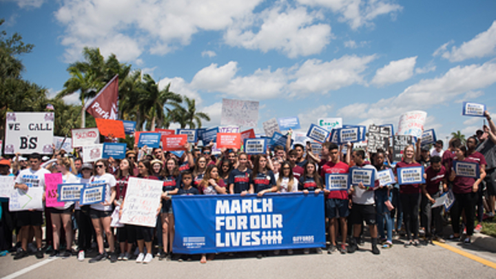 Трамп сменил маршрут кортежа из-за демонстрации против оружия во Флориде