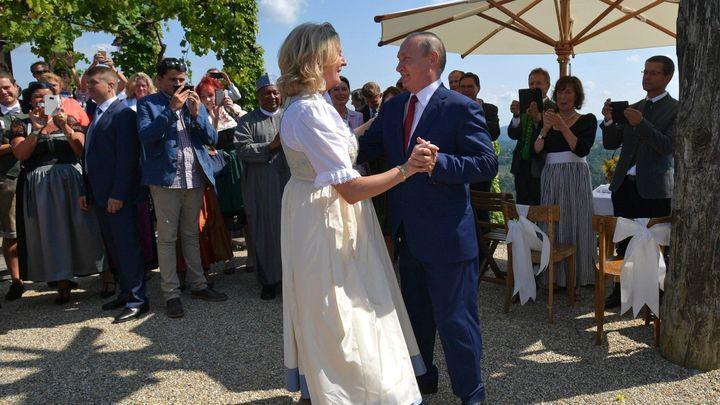 «Любо, братцы, любо»: В Сети опубликовали видео со свадьбы главы МИД Австрии