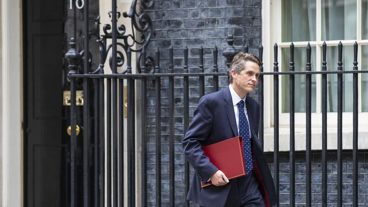 Британский министр обороны сыграл по нотам Киева, увидев доказательства вины ВСУ по крушению «Боинга»