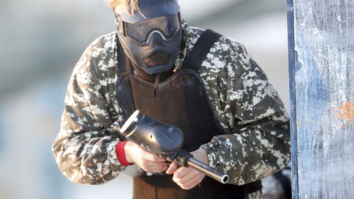 Жители Краснообска пожаловались на дым и стрельбу около лицея № 13