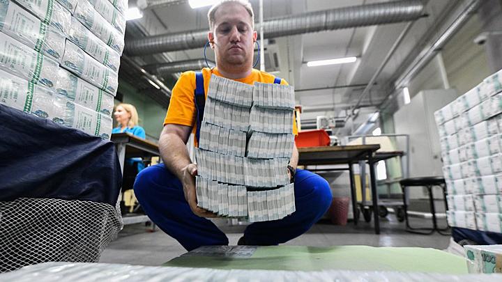 Госдуме предложили раздать людям 1 трлн рублей просто так