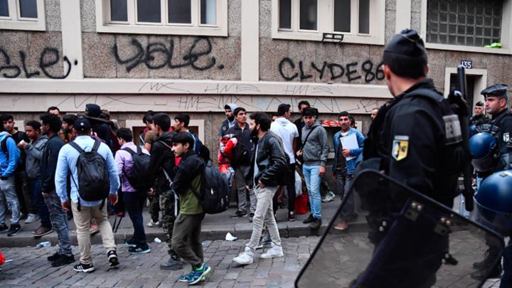 Макрон и Меркель наводнят Европу миллионами мигрантов