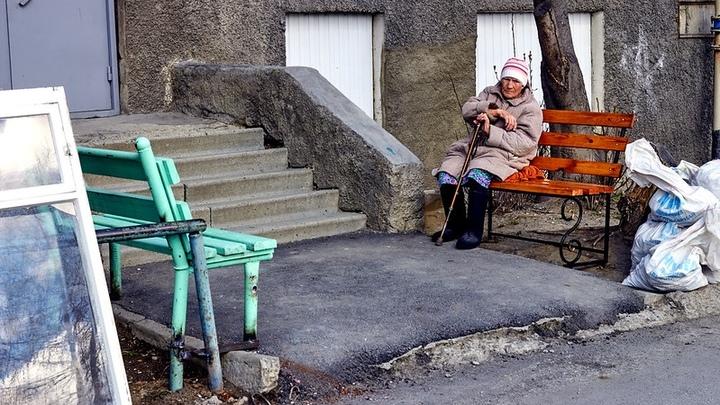 Ждали 9 Мая для красивого жеста: на Урале коммунальщики подарили бабушке скамейку из соседнего двора