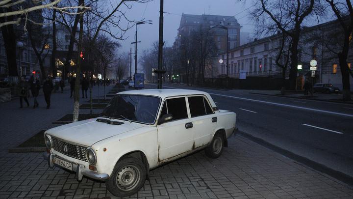 Русские и так могут: Фото припаркованных посреди квартиры Жигули восхитило американцев