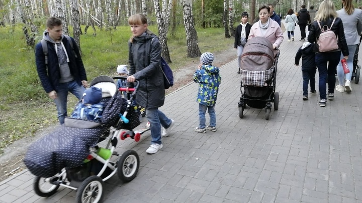 В Челябинске трехлетним детям не хватает мест в детсадах своего района