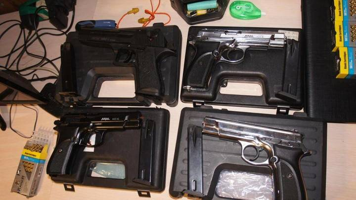 В порту Ейска задержали задержали мужчину с 4 пистолетами и 484 патронами