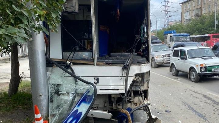 Четыре пассажирки автобуса пострадали в аварии в Новосибирске
