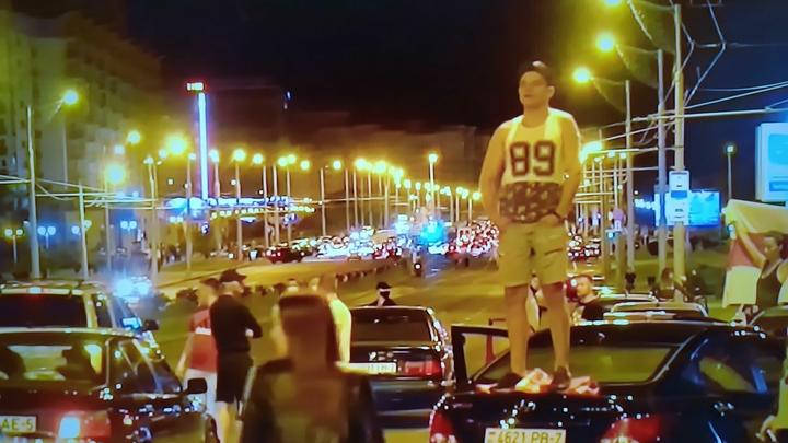 В центр Минска движутся военные колонны: На видео попали танки