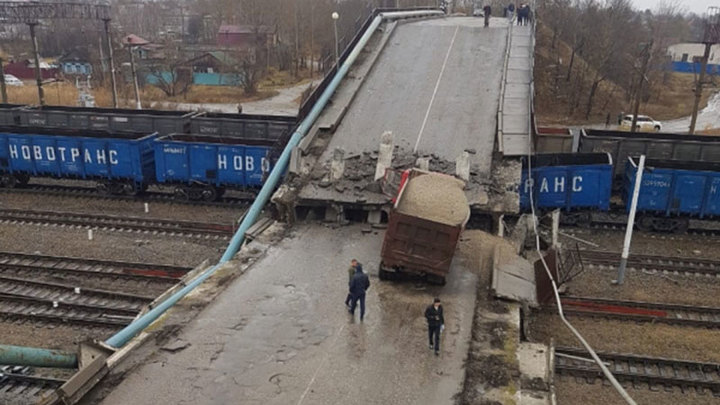 Мост обрушился на Транссиб из-за слишком тяжелого грузовика