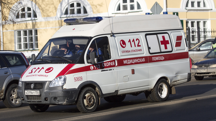Автомобиль протаранил торговый центр в Челябинске
