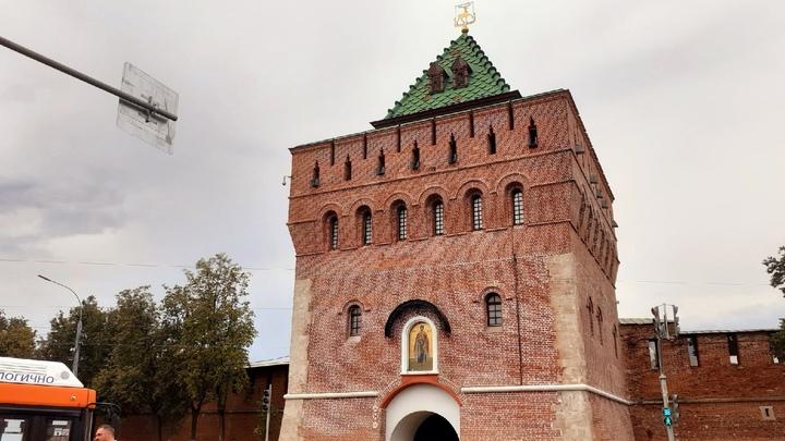 Арт-объект в виде красных рук сложенных в форме сердца появился на территории Нижнего Новгорода