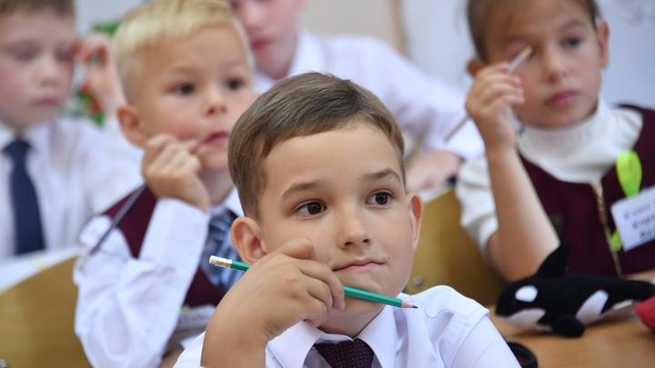 В Омске уплотнили школьников: Чиновники уверяют, что три человека за одной партой - это временно