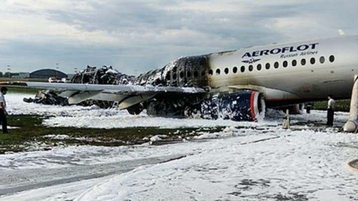 Выжившие теряют сознание на лётном поле. Стюардессы не отходят - новое видео катастрофы SSJ