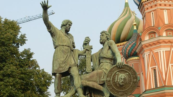 Путин возложил цветы к памятнику Минину и Пожарскому в честь Дня народного единства