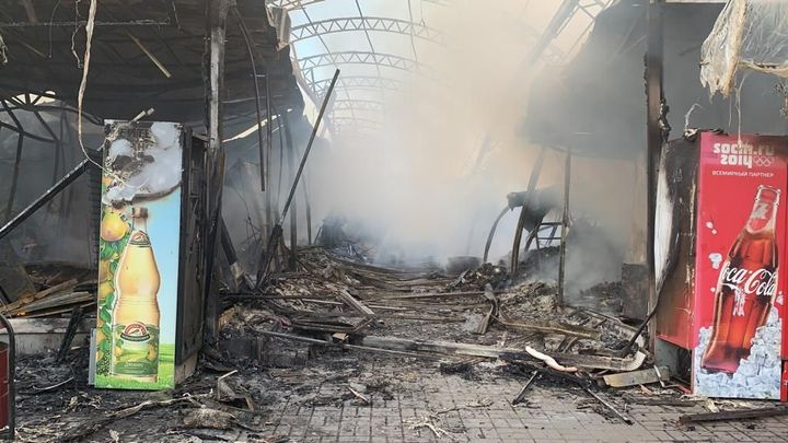 В Шахтах пожар на центральном рынке уничтожил более десятка торговых павильонов