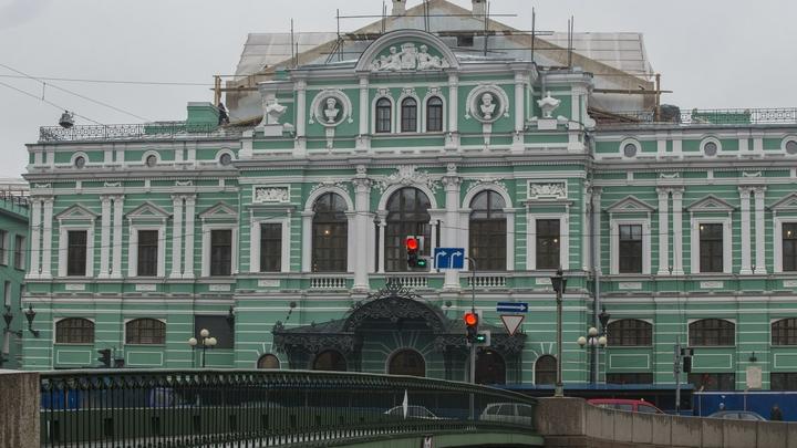 Фасады осыпаются, здания затянуты зеленой сеткой: Матвиенко критикует работу Смольного