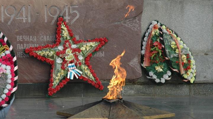 Две школьницы сожгли венок на Вечном огне на Урале