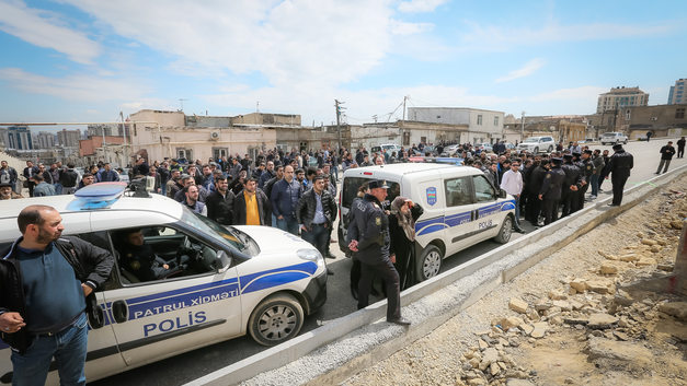 Протестующие зверски расправились с полицейскими на митинге в Азербайджане