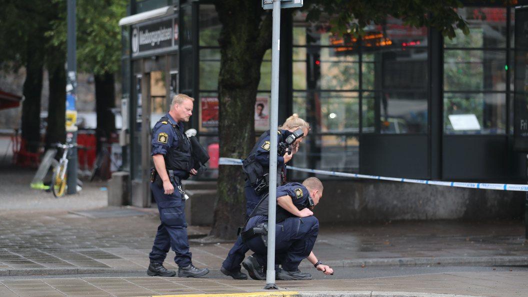 Проводится спецоперация: Полицейский в Стокгольме получил удар ножом в шею