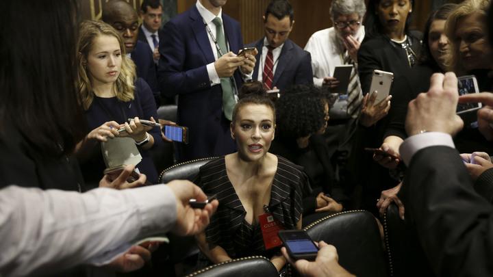 Звезда «Зачарованных» явилась наслушания о половых домогательствах сочень глубоким декольте