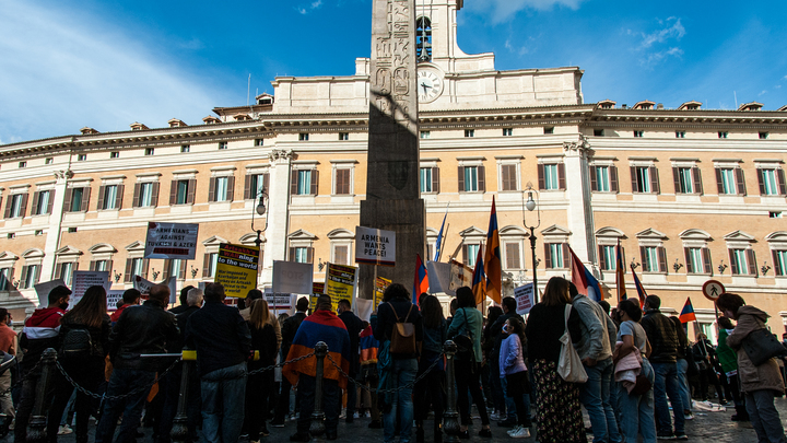 Толпа противников Пашиняна ворвалась в правительственное здание