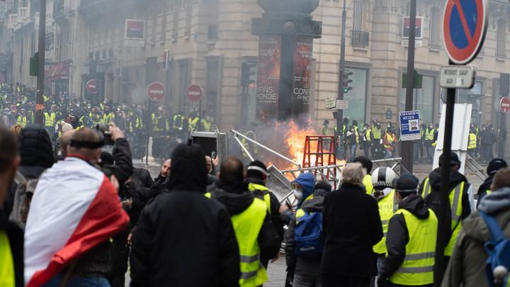 BFMTV: уполномоченный  кабмина Франции эвакуирован из-за «желтых жилетов»