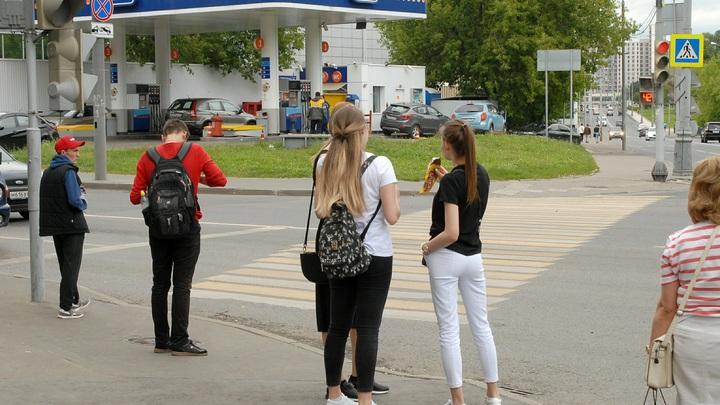 Несся в спину: Камеры сняли момент смертельного наезда авто на толпу пешеходов в Сочи