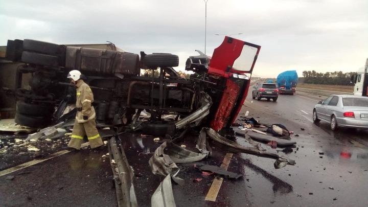 Перевернувшийся на трассе Дон грузовик перекрыл дорогу в обоих направлениях
