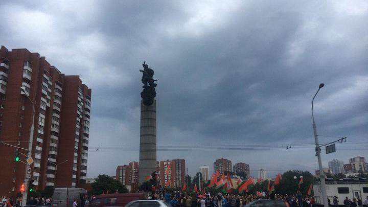 Революция хипстеров: бабушки в Минске гоняют митингующую молодёжь
