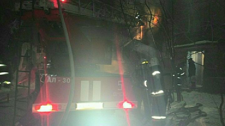 Ночное инферно: В Грозном полыхает крыша жилого 12-этажного дома - видео