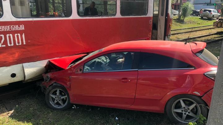 В Самаре пьяный водитель устроил ДТП с 10 машинами и врезался в трамвай