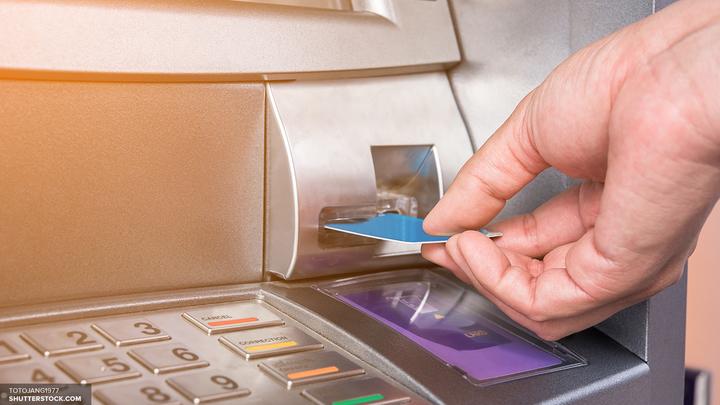 Снять наличные в банкоматах Сбербанка с любых карт Visa можно за плату - Греф