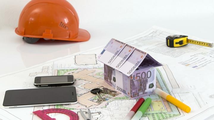 В Ростове продают за бесценок самовольно построенный трехэтажный коттедж и участок