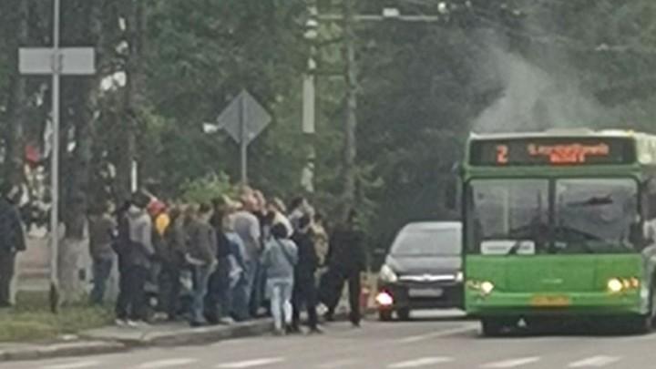 Автобус загорелся на ходу на улице в Кемерове