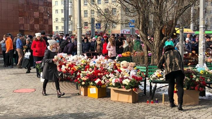 Настоящие мужчины тоже плачут: Выживший в Кемерове мальчик узнал о потере всей семьи