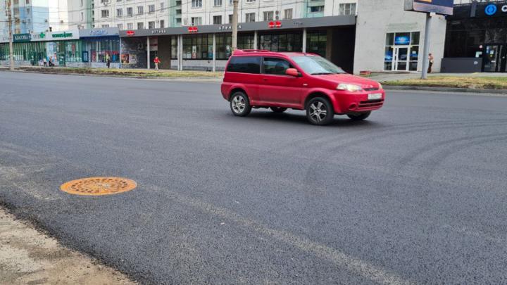 В Челябинске на Комсомольском проспекте установили невидимые люки ливневой канализации