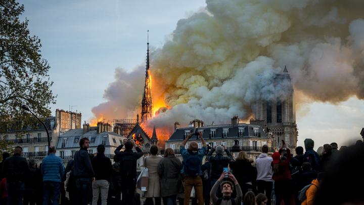 Горящий Макрон: Charlie Hebdo использовал гибель Нотр-Дама для политической мести
