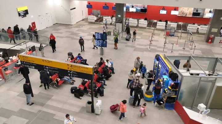 Международный аэропорт открыли после реконструкции в Челябинске, пассажиры жалуются на тесноту