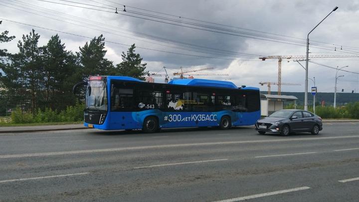 С кондуктором, едва не высадившим ребенка из автобуса в Кемерове, побеседуют о грубости