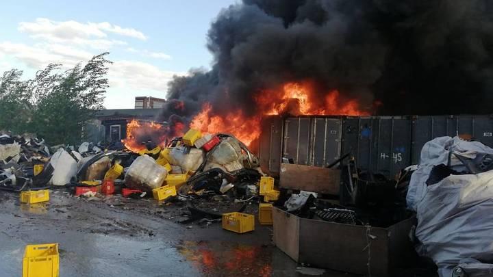 Два вертолета и три десятка пожарных машин тушили пожар в Подольске
