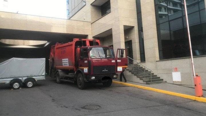 В центре Минска под колесами мусоровоза погиб молодой парень