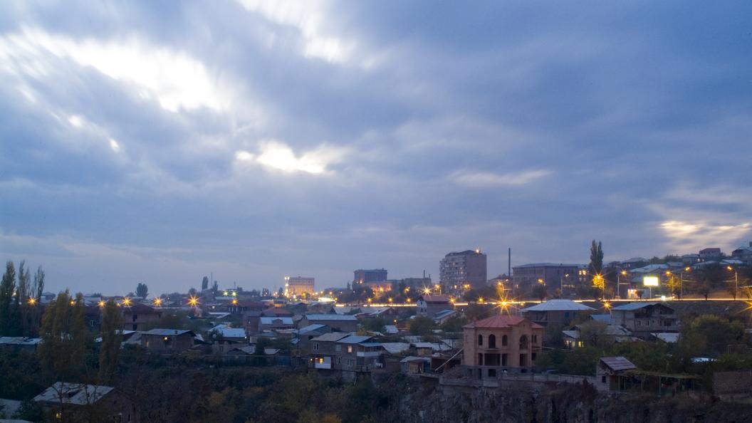 Вцентре Еревана монтируют сцену для оппозиционного митинга