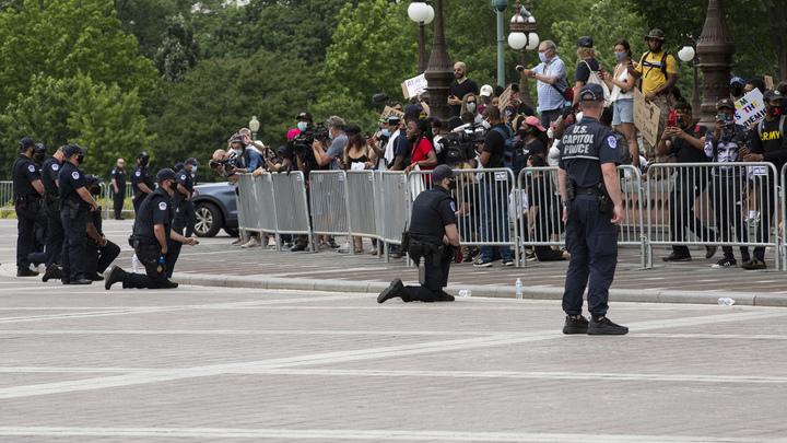 """""""Это точка невозврата"""": Генерал ФСБ раскрыл, что стоит за вставшими на колени полицейскими США"""