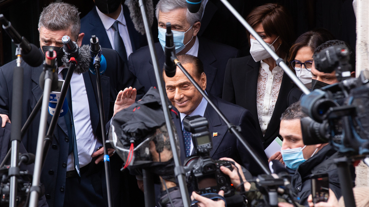 Оправился за ночь: Первое после COVID-19 появление Берлускони обернулось проблемами