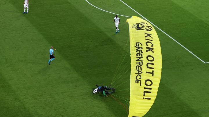 Зачем парашютист приземлился на поле во время матча Франция – Германия