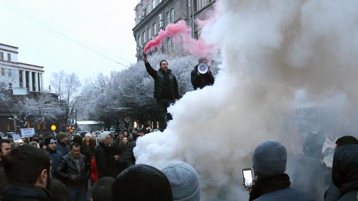 Пашинян цепляется за власть, Армения борется за жизнь